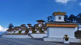 108 herdenkingsdiechortens of stupas als Druk Wangyal Chortens in Dochula wordt bekend gaan, Bhutan over stock foto's