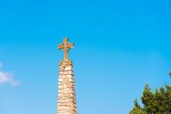 Herdenkingskruis en Kerk van Santa Maria de Siurana in Siurana DE Prades, Tarragona, Catalunya, Spanje Exemplaarruimte voor tekst Royalty-vrije Stock Afbeelding
