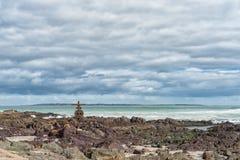 Herdenkingskruis en reddingsboei bij een strand in Bloubergstrand royalty-vrije stock foto's