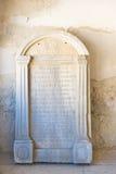 Herdenkingsplaat op verandakenesa, die op de nabijheid van chufut-Boerenkool wijzen royalty-vrije stock afbeelding
