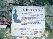 Herdenkingsplaque bij de ingang van het hol Luire in Vercors royalty-vrije stock afbeeldingen