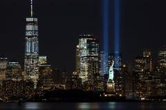 9/11 Herdenkingsstralen met Standbeeld van Vrijheid en Lower Manhattan Stock Afbeeldingen