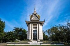 Herdenkingsstupa die van de Dodende Gebieden van Choeung Ek, de overblijfselen van enkele Khmer Rouge-slachtoffers bevatten E royalty-vrije stock afbeelding