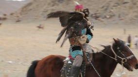 Herder met een adelaar die een paard berijden stock videobeelden
