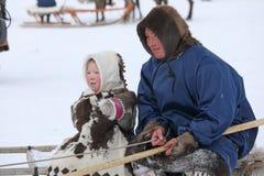 Herders för fader- och dotterNenets ren av nordliga Sibirien Royaltyfri Foto