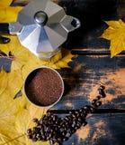 Herdplatteespressohersteller und dunkler Bratenkaffee während des Herbstes verwittern Stockfotografie