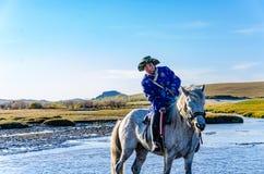 Herdsman που τρέχει στον ποταμό στο άλογο Στοκ φωτογραφίες με δικαίωμα ελεύθερης χρήσης