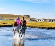Herdsman που τρέχει στον ποταμό στο άλογο Στοκ φωτογραφία με δικαίωμα ελεύθερης χρήσης