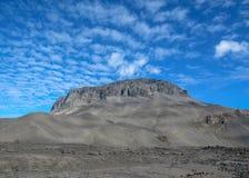 Herdubreid-Berg an einem sonnigen Tag mit blauem Himmel, Hochländer von Island, Europa stockfoto