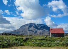 Herdubreid et hutte de volcan dans le beau jour ensoleillé avec le ciel bleu, montagnes de l'Islande, l'Europe photos libres de droits