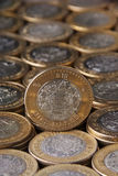 Herein Pesos Moneda de Diez mexicanos sobre mà ¡ s monedas alineadas y summen apiladas, Toma-Vertikale laut Stockbilder