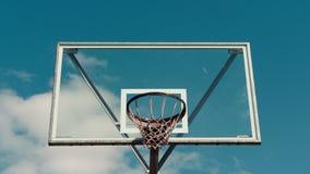 Herein summen Zeitspanne des Basketballkorbes laut stock video footage
