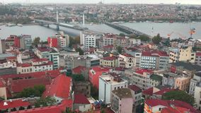 Herein summt Gesamtlänge von berühmten Brücken Istanbuls über goldenem Horngolf laut stock footage