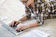 Hereinkommende Daten der beschäftigten Frau in Laptop stockbilder