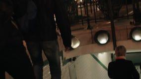 Hereinkommende U-Bahn der Leute in der Nacht Paris, Frankreich stock footage