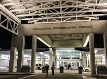 Hereinkommender Charleston International Airport Terminal stockbilder