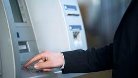 Hereinkommender Code des Geschäftsmannes Stift, zum des Geldes, Bankwesen für Reisende, Reise zu empfangen stockfoto