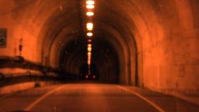 Hereinkommender Einwegtunnel angesehen durch schmutzige Windschutzscheibe mit Reflexionen stock video