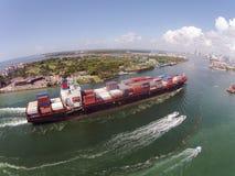 Hereinkommender Hafen des Frachtschiffs von Miami lizenzfreie stockbilder