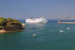 hereinkommender Hafenwasserstand der Passagier-und-Frachtfähre Marseille, Frankreich Lizenzfreie Stockbilder
