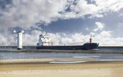 Hereinkommender Kanal des Frachtschiffs Lizenzfreie Stockbilder