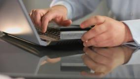 Hereinkommender Kreditkartennummerlaptop des Gesch?ftsmannes, Online-Bankings-Service, Anmeldung stockfotografie
