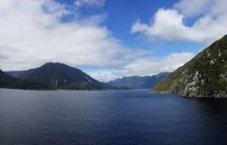 Hereinkommender Thompson Sound, Neuseeland-fiordland lizenzfreie stockfotos