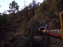 hereinkommender Tunnel des Spielzeugzugs in Shimla Stockbild
