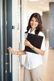 Hereinkommendes Büro der Geschäftsfrau Stockfoto