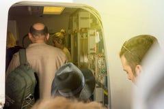 Hereinkommendes Flugzeug der Leute durch Türflughafen Lizenzfreies Stockfoto