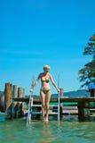 Hereinkommendes Wasser des schönen Mädchens Lizenzfreie Stockfotos