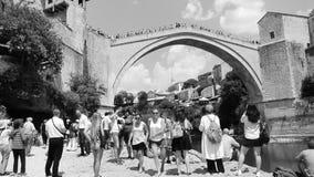 Herencia de visita turístico de excursión Mostar Stari de la UNESCO de la gente más almacen de metraje de vídeo
