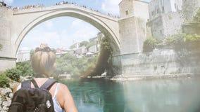 Herencia Mostar Stari de la UNESCO la mayoría del puente sobre el río pintoresco de Neretva metrajes