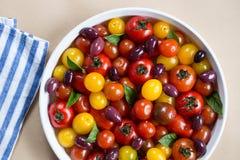 Herencia rústica Cherry Tomato Salad con albahaca y aceitunas Fotos de archivo libres de regalías