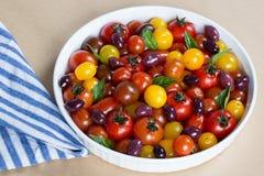 Herencia rústica Cherry Tomato Salad con albahaca y aceitunas Imagen de archivo libre de regalías