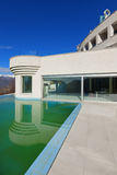 Herenhuis met pool, buitenkant royalty-vrije stock fotografie
