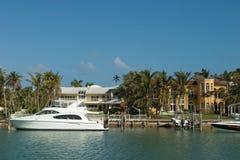 Herenhuis met witte boot Stock Fotografie
