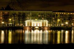 Herenhuis op de Patriarchvijvers in Moskou bij nacht met reflecti Royalty-vrije Stock Foto's