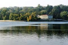 Herenhuis op de rivierbank Royalty-vrije Stock Fotografie