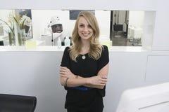 Herenkapper Bevindende Wapens die bij Ontvangst in Salon worden gekruist stock fotografie