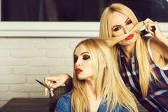 herenkapper, schaar ter beschikking van kapper met blonde vrouw royalty-vrije stock fotografie