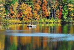 Herfst-DALING Seizoengebonden Gebladerte Reflectons in een NY Meer royalty-vrije stock foto