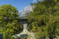 Herfstcorso Italië, de mooie steenbrug in Cortina D ` Ampezzo dichtbij Dolomietbergen, Dolomiet, Alpen, Veneto Stock Foto