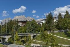 Herfstcorso Italië, de mooie steenbrug in Cortina D ` Ampezzo dichtbij Dolomietbergen, Dolomiet, Alpen, Veneto Stock Afbeeldingen