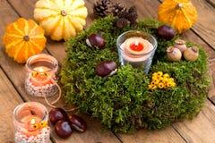 Herfstdecoratie - moskroon en kaarsen Royalty-vrije Stock Foto's