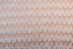 Herfstdraadpatroon van wit met de hand gemaakt gebreid sjaalclose-up voor ontwerpersdoeleinden Royalty-vrije Stock Foto