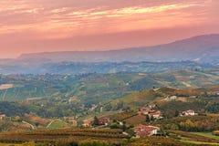 Herfstheuvels en wijngaarden bij zonsondergang Stock Foto's