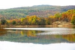 Herfstlandschap met meer en heuvels Stock Afbeeldingen