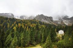 Herfstlandschap met plattelandshuisjes in Dolomietbergen Royalty-vrije Stock Foto's
