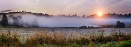 Herfstlandschap met zonsopgang Royalty-vrije Stock Afbeeldingen